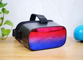 宅在家里玩VR游戏