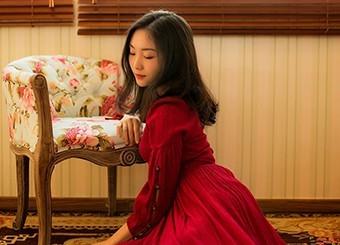 跪在地上的红衣少女