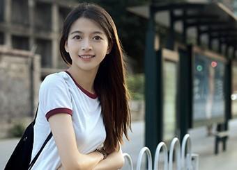 公交车站偶遇清纯女学生