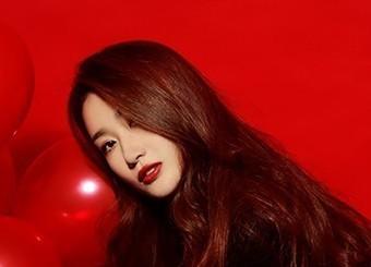 背景鲜红的美女