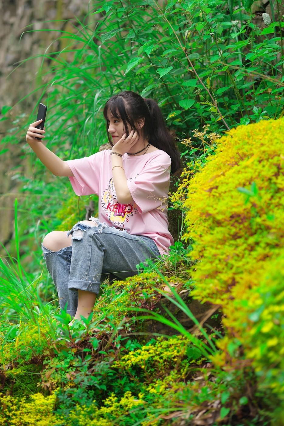 坐在山坡上的小姑娘【佛岭水库外拍】