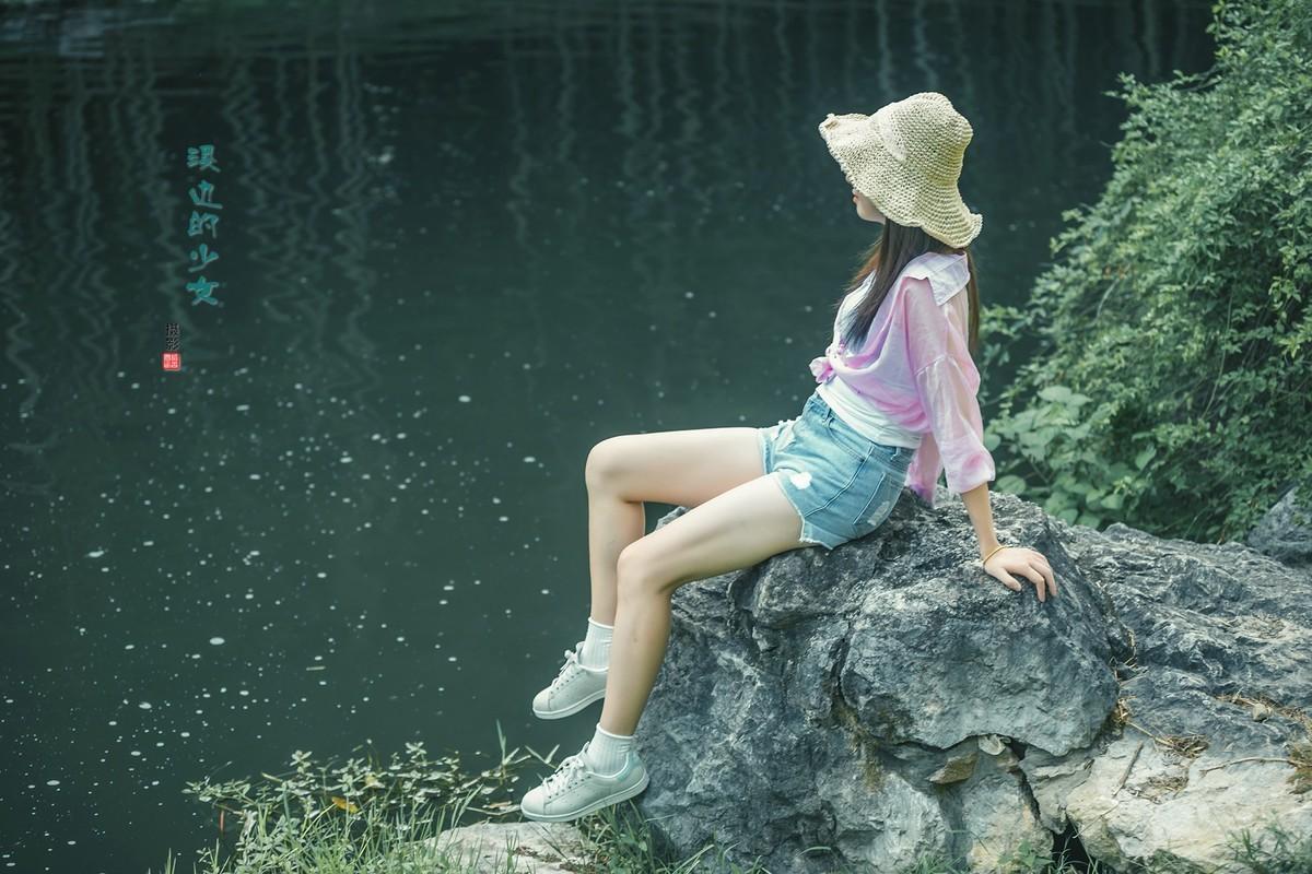 溪边的少女