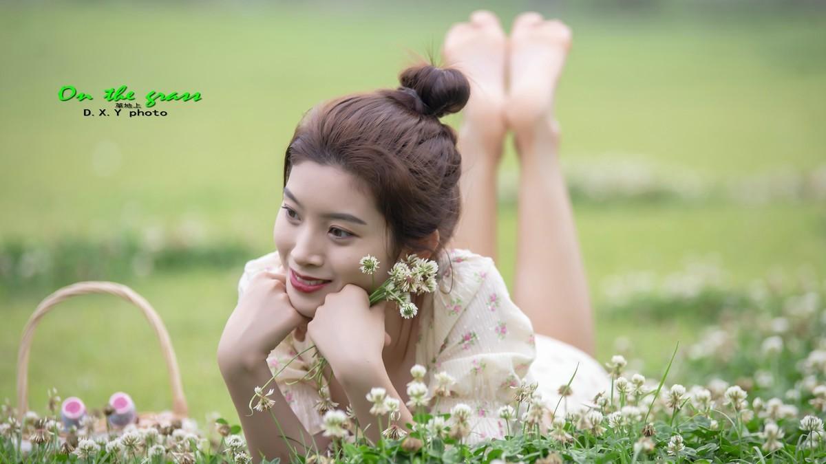 草地上的小妹