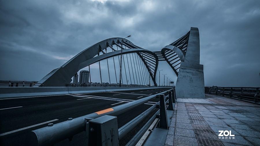 桥是一条放大的板凳。