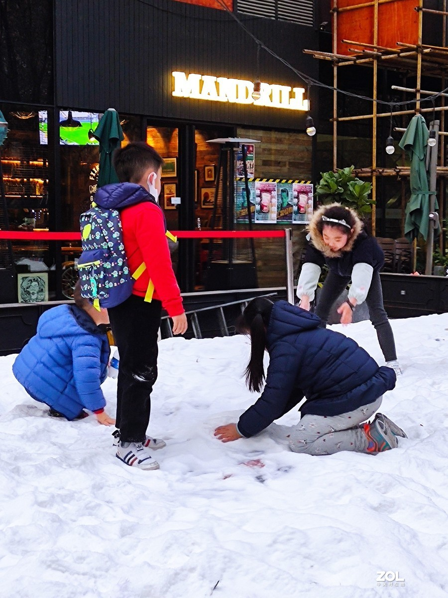 玩雪的孩子们