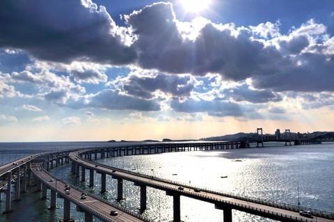 夕阳下的海湾大桥