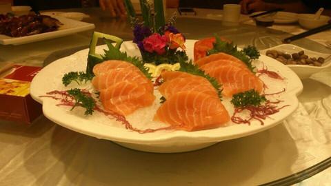 #ZOL国庆随手拍#朋友相约聚餐,选择海鲜刺身大餐