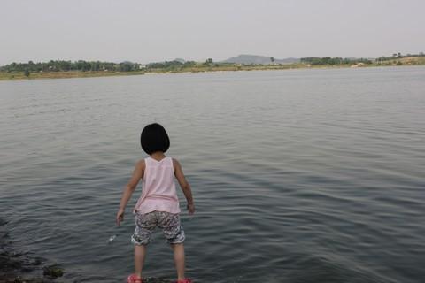 #佳能EOS M6-定格光影# +湖边戏水的小女孩