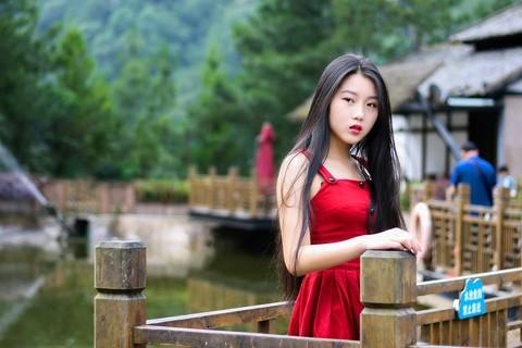 池塘边的美女