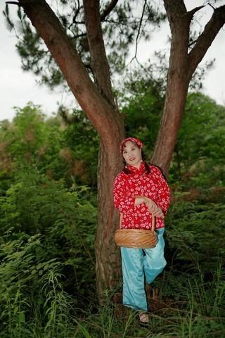 环境人像外拍---开心丽丽美女美在静静的小山村!!