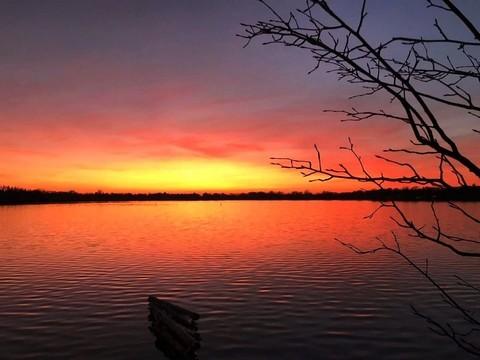 湖边赏日落